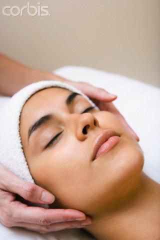 mulher fazendo massagem facial