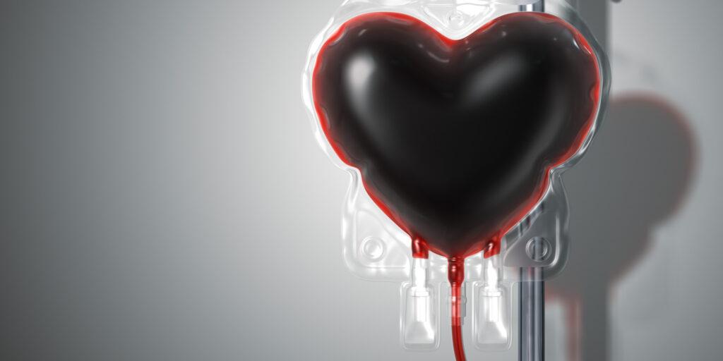 Bolsa de sangue em formato de coração, fundo cinza